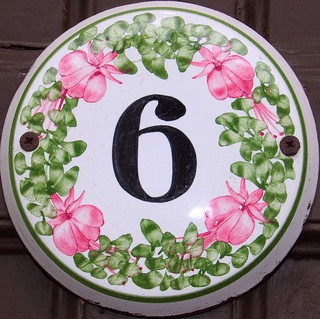 House number Rye 6, Squircle (CC BY 2.0) by Mark Morgan